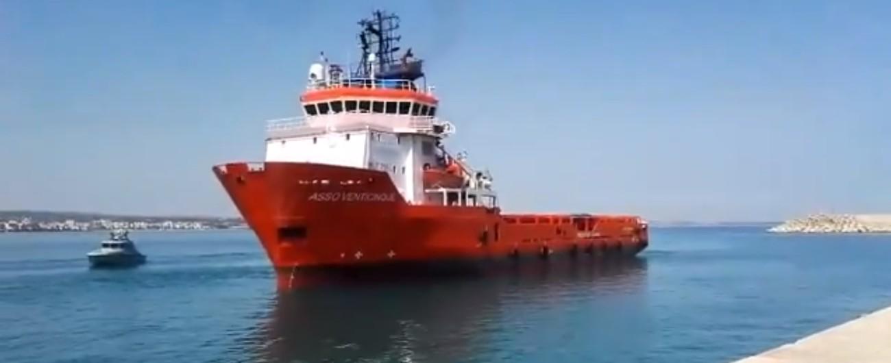 """Migranti, il mercantile """"Asso 25"""" con 62 persone a bordo è arrivato Pozzallo. Salvini: """"Andranno in strutture della Cei"""""""