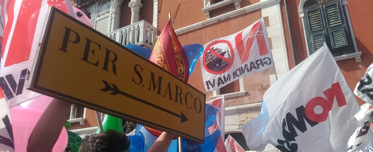 """Venezia, tuffo nel canale della Giudecca per impedire il traffico: assolti 16 attivisti del comitato """"No grandi navi"""""""