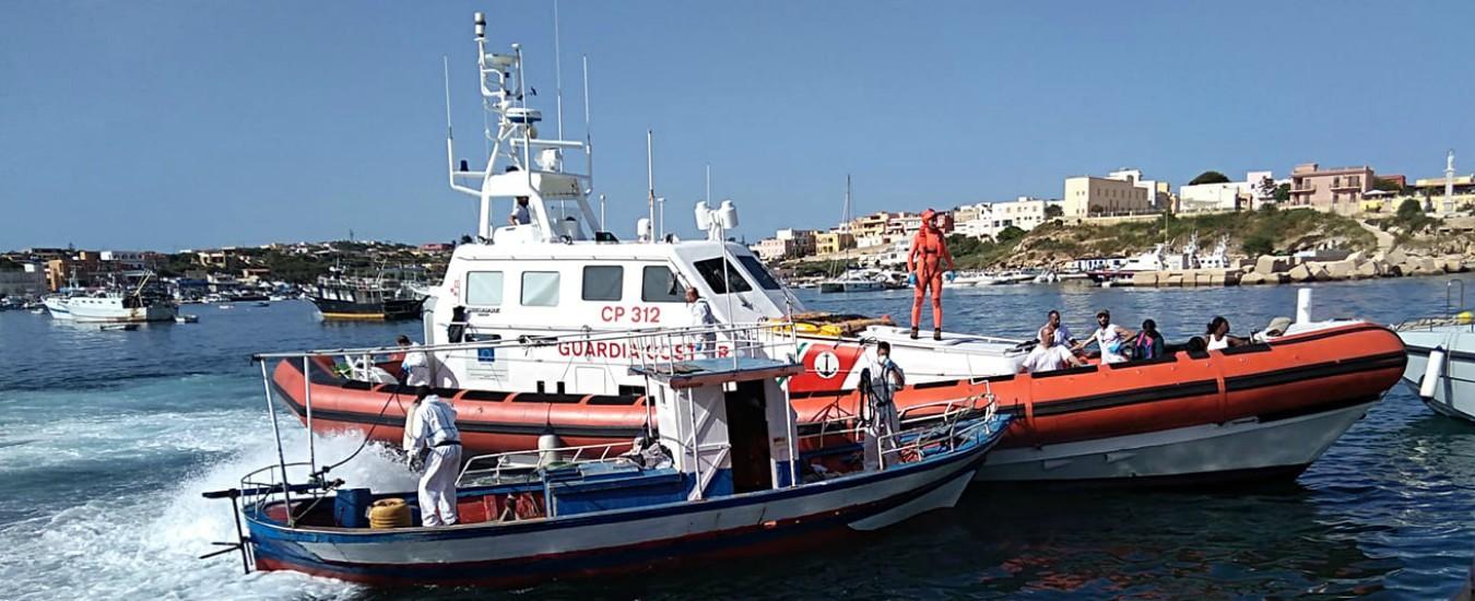 Migranti, 38 sbarcano a Lampedusa trainati dalla Guardia costiera: a bordo anche bambina. Terzo arrivo in due giorni