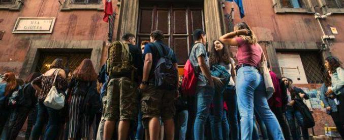 Treviso, il preside dice no agli shorts e scatena un putiferio. È rispetto o preistoria?