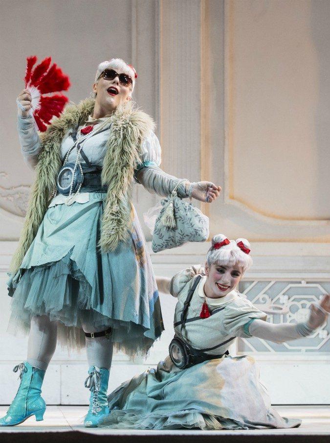 """La Cenerentola di Rossini """"caricata a molla"""" di Emma Dante: una fiaba crudele in una casa di bambola"""
