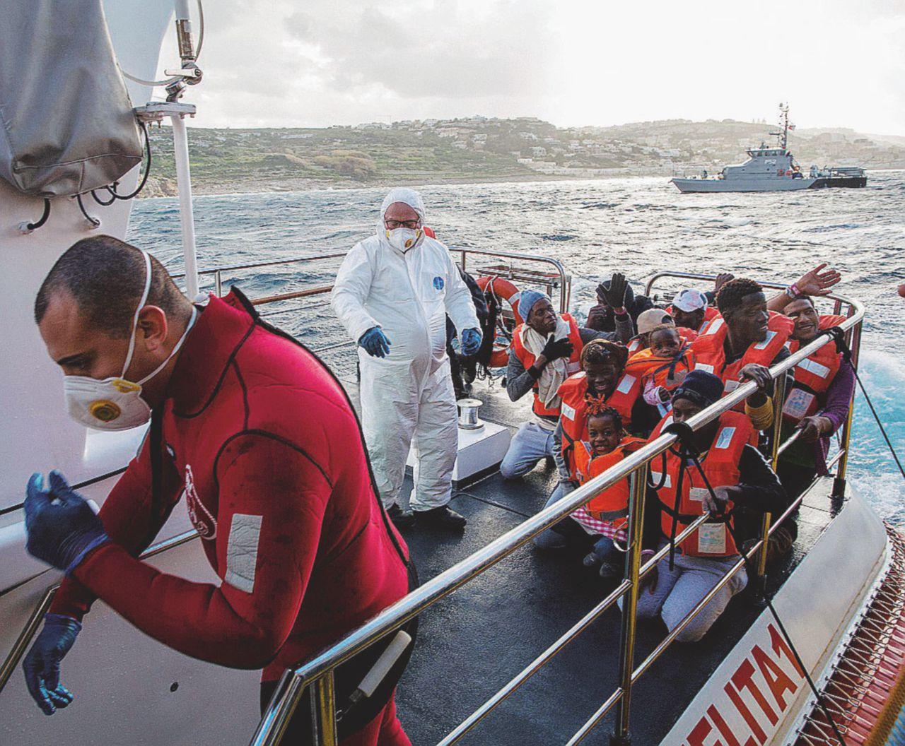 Ecco la sicurezza bis: reprimere il dissenso e multare le navi Ong