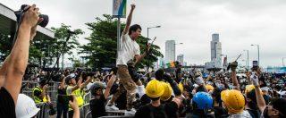 """Hong Kong, manifestanti invadono Parlamento: 20 feriti. Rinviata legge su estradizioni in Cina. La polizia: """"È rivolta"""""""