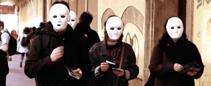 Bologna, le Maschere Bianche contro lo sfruttamento dei lavoratori. Annunci, proteste e raid ai piedi delle Torri