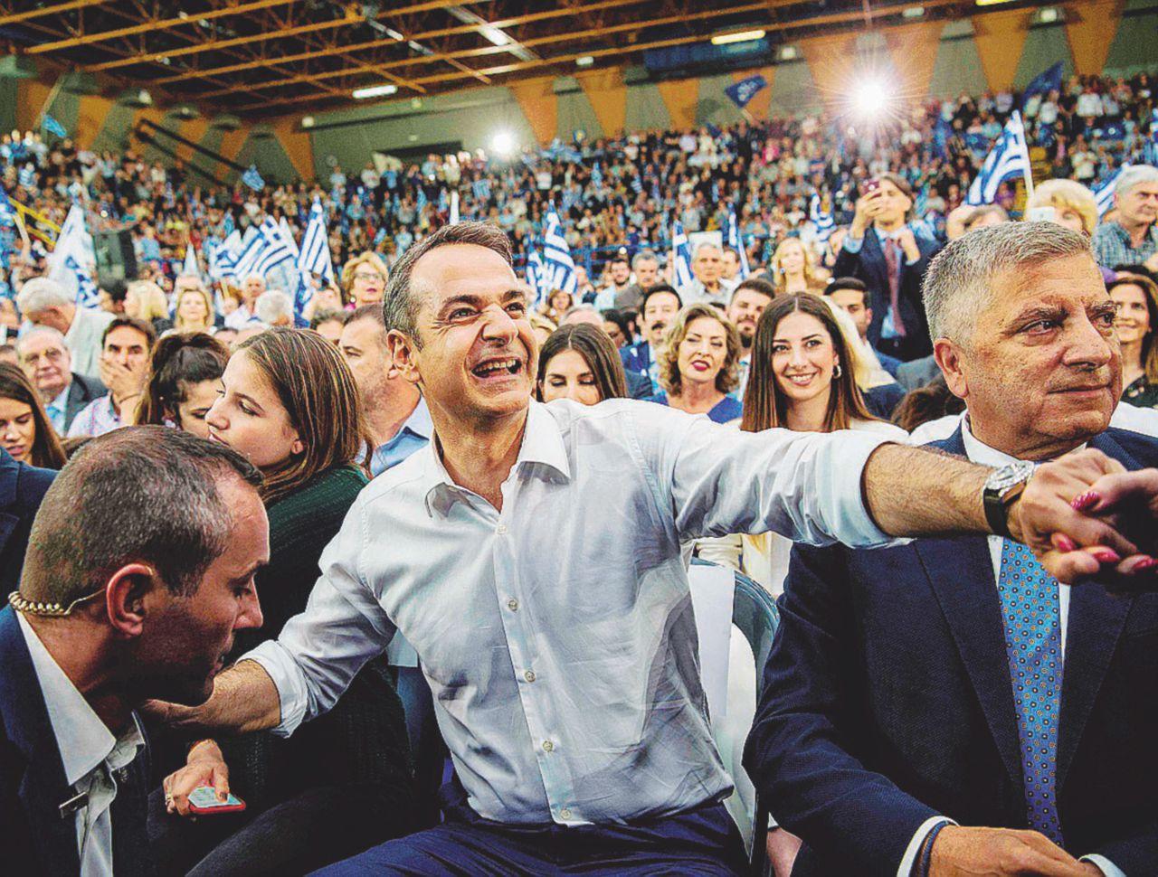 Il clan politico dei Mitsotakis balla il sirtaki, Tsipras annaspa