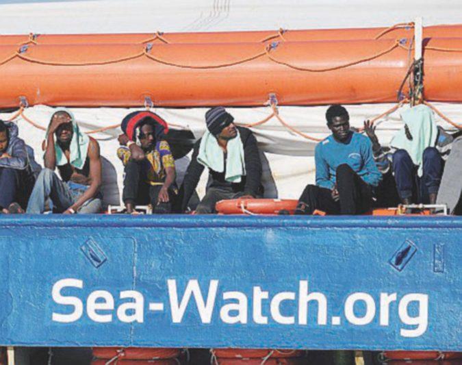 """La Sea Watch a 16 miglia da Lampedusa, Salvini riparte con la litania """"porti chiusi"""""""