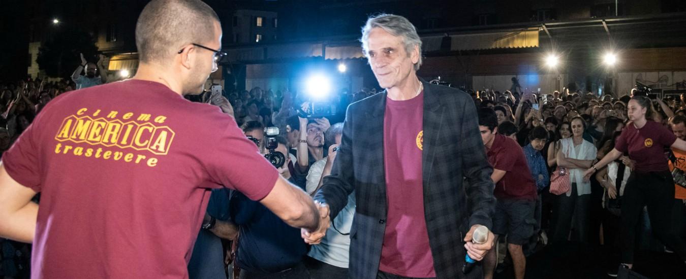 """Jeremy Irons indossa la maglietta del """"Cinema america"""" in solidarietà dei ragazzi aggrediti"""