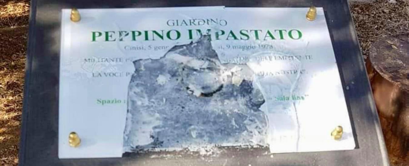 """Peppino Impastato, a Palermo vandalizzata la targa in memoria. Il fratello: """"È una minaccia"""""""