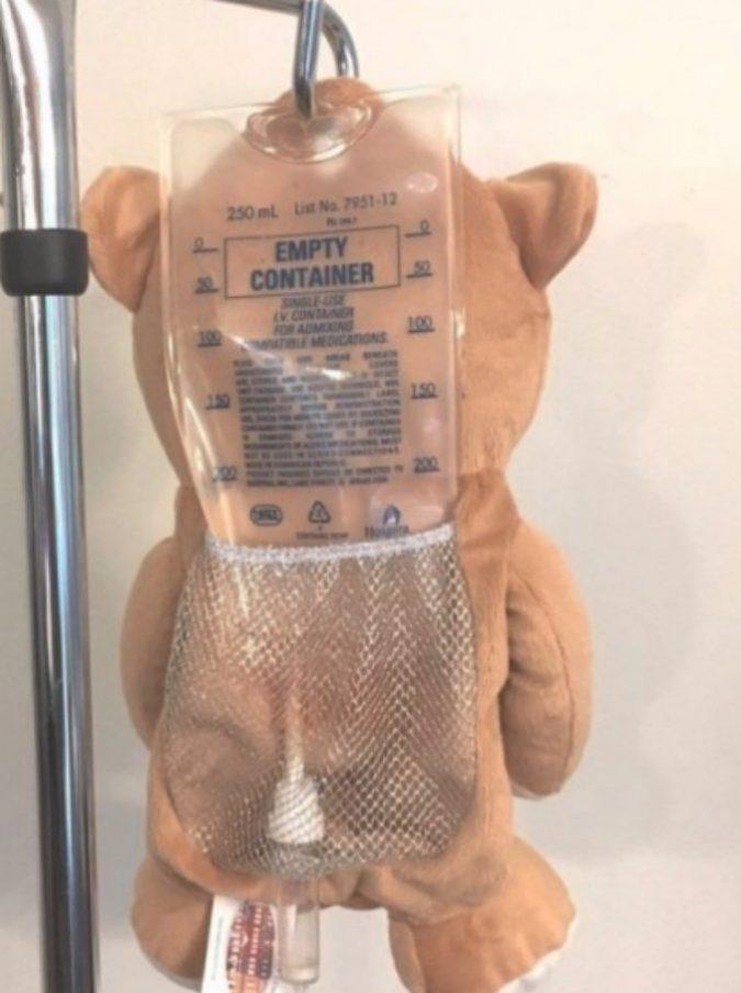 Un orsetto per coprire la flebo: l'idea di una ragazzina di 12 anni fa il giro del mondo