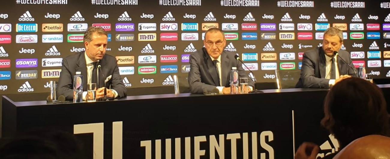 """Juventus, Sarri si presenta in giacca e cravatta: """"In campo? Preferirei la tuta ma devo ancora parlarne con la società"""""""