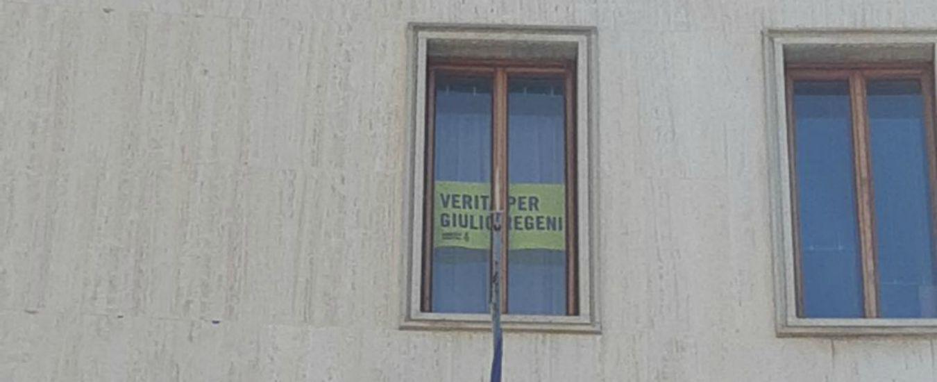 """Trieste, i consiglieri M5s espongono striscione per Regeni da finestra Regione: """"Lega l'ha tolto? Incomprensibile"""""""