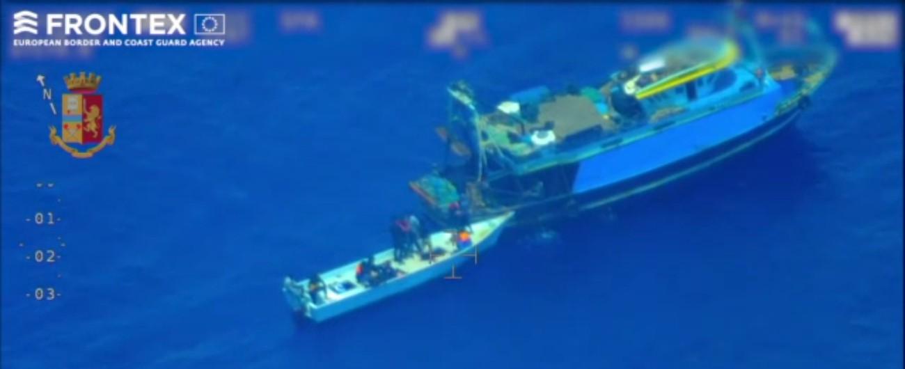 """Lampedusa, """"nave madre"""" trasborda 81 migranti sul barchino e si dirige verso la Libia: """"Fermata, catturati sette scafisti"""""""