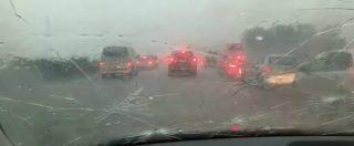 Modena, la grandinata in autostrada danneggia auto e parabrezza: vento record a 111 km/h. Il video