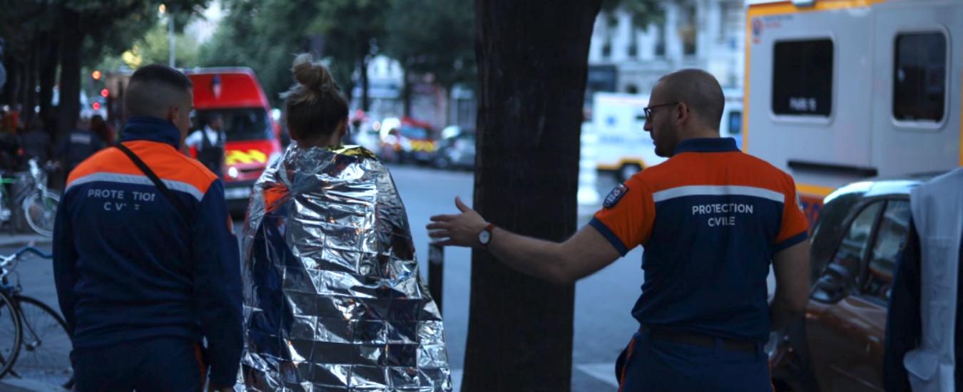 """Parigi, incendio in un palazzo del centro, 3 morti e 28 feriti: """"Ora è sotto controllo"""""""