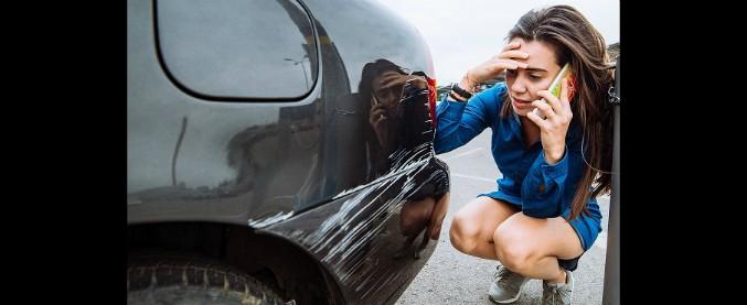 Tamponamento mentre si parcheggia? Il 16,5% degli italiani fa il furbo e scappa