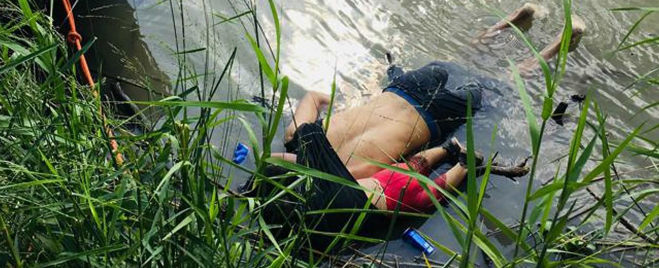 Messico, l'immagine dei corpi di padre e figlia trovati morti nel Rio Grande mentre cercavano di attraversare il confine