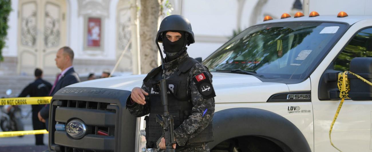 """Tunisi, due kamikaze si fanno esplodere in centro città: """"Un agente morto e alcuni feriti"""". Terzo attacco sventato nella notte"""