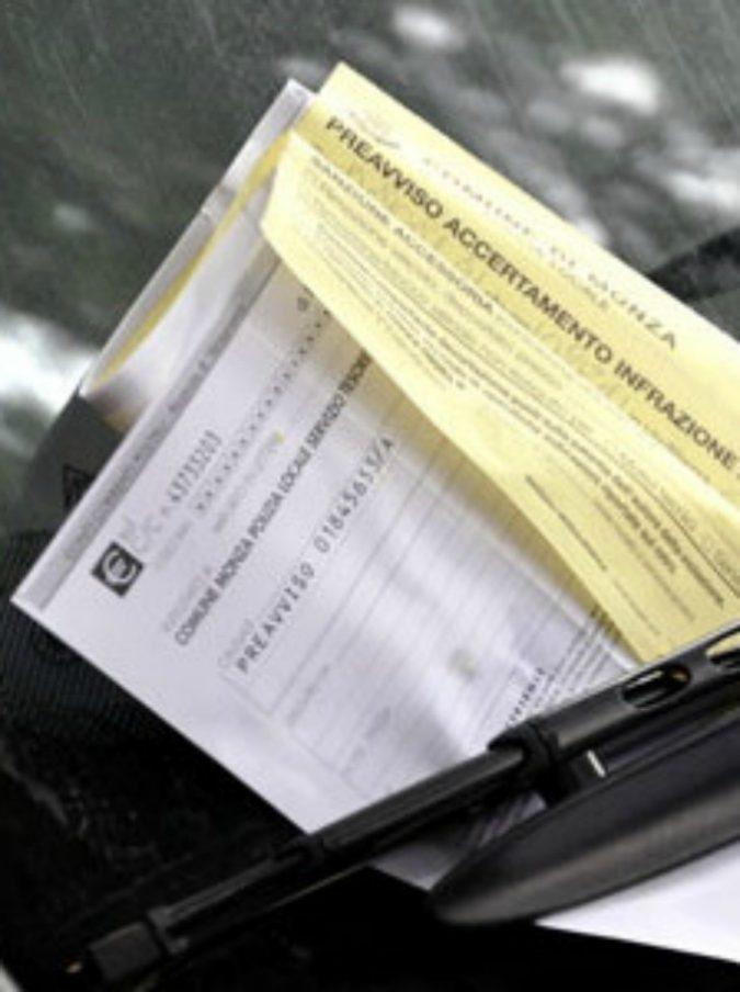 """Parcheggia il suv e dimentica il finestrino abbassato: prende la multa per """"istigazione al furto"""""""