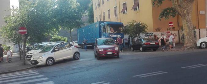 """Blackout a Roma nel quartiere Appio Latino. Acea: """"Previsto"""". Ma la corrente non torna e arrivano i camion-generatori"""