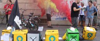 """Rider, protesta a Milano: in piazza solo una ventina: """"Nostri colleghi hanno paura di possibili ritorsioni. Anche io ne ho"""""""