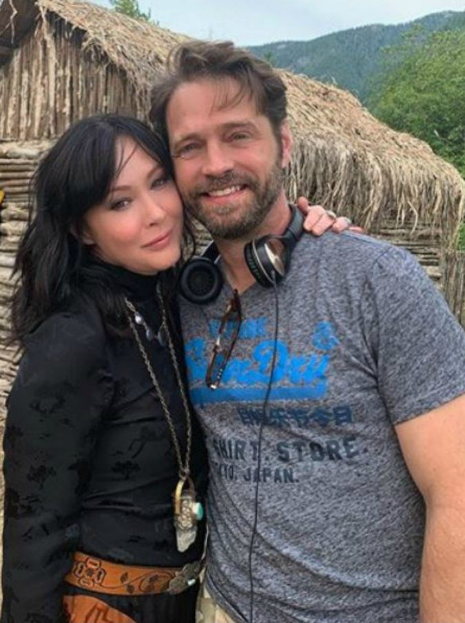 Beverly Hills 90210, Brenda e Brandon di nuovo insieme: l'abbraccio sul set