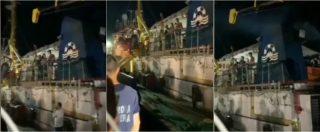 """Sea Watch, la nave entra nel porto di Lampedusa. Insulti a Carola e ai migranti: """"Spero che ti violentano sti negri"""""""