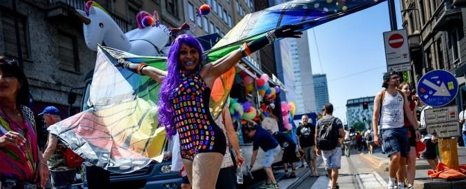 """Milano Pride, al corteo anche le coperte termiche dei migranti. Gli organizzatori della parata: """"Siamo in 300mila"""""""