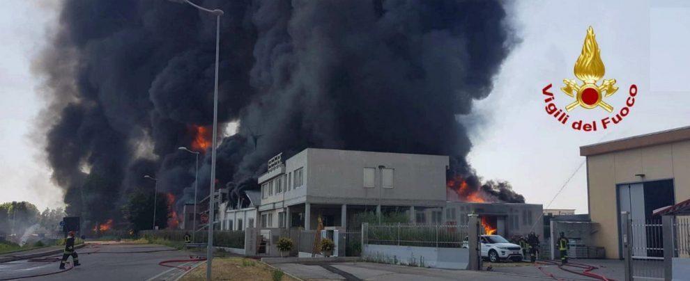 """Vicenza, incendio in una ditta di vernici: fiamme alte 20 metri, chiuso un tratto della A4. """"Tenete chiuse le finestre"""""""