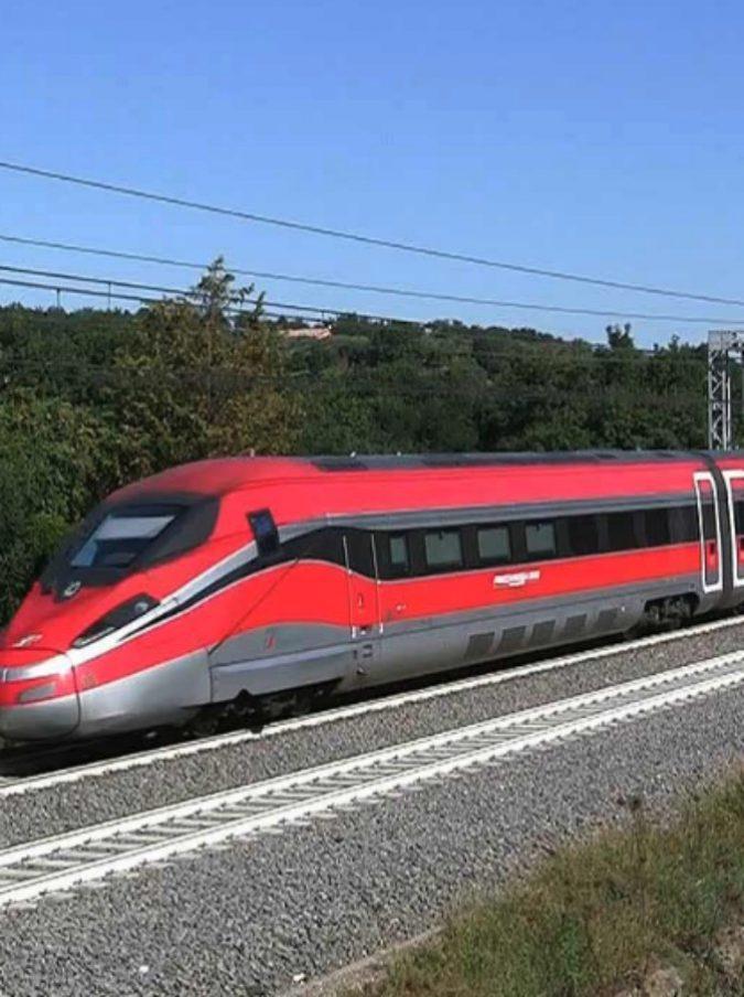 Frecciarossa Napoli- Milano in ritardo di 15 minuti: l'annuncio beffa che lascia in stazione 16 passeggeri