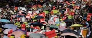 """Hong Kong, """"500mila"""" scendono in piazza: manifestanti occupano il Parlamento, ma la polizia carica e lo riprende"""