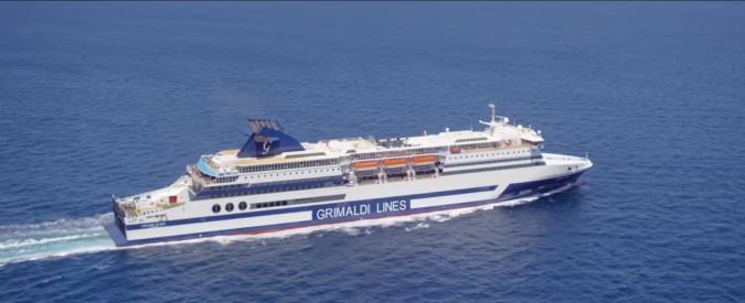 """Calabria, traghetto fermo in mare nella notte con 250 passeggeri. """"Non ci hanno dato assistenza né informazioni"""""""