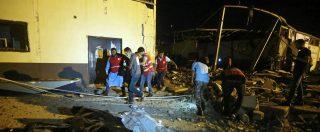 Libia, bombardato centro di detenzione migranti: almeno 44 morti e 130 feriti. Nuovo raid su aeroporto Tripoli