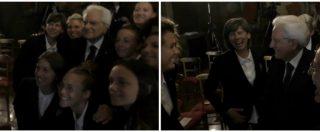 """Il selfie tra Mattarella e le Azzurre di calcio. Il presidente: """"Poi me lo mandate, vero?"""". E loro reagiscono così"""