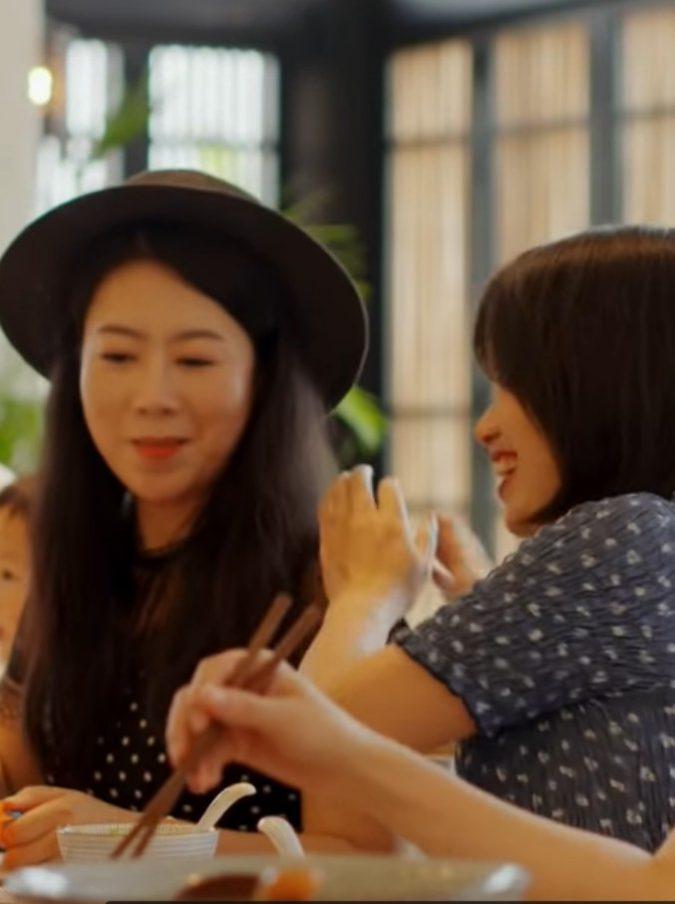 Sette amiche decidono di vivere insieme per tutta la vita: la loro storia in un video