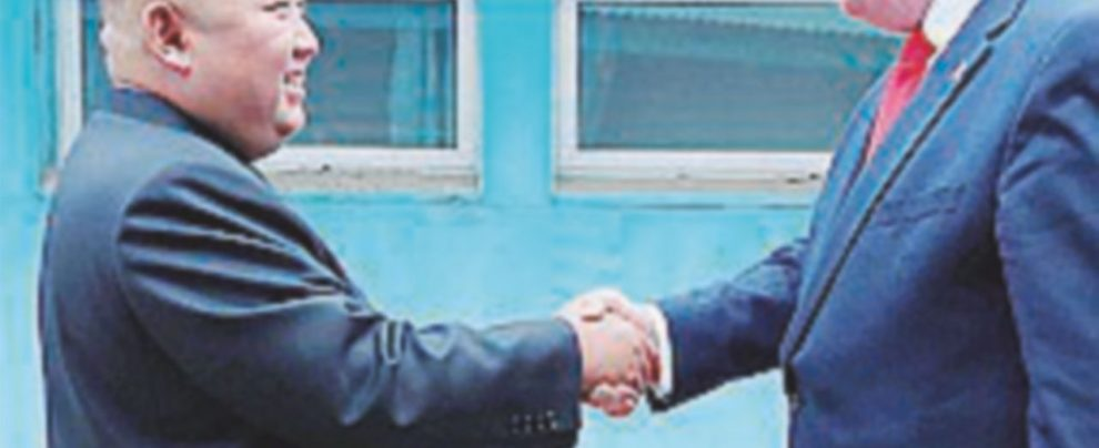Trump e Kim: sembrava amore, era solo una foto