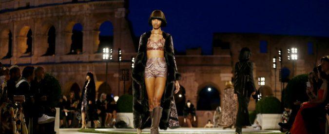 Fendi sfila al Colosseo e promette restauri per 2,5 milioni. Ma l'affare è tutto suo