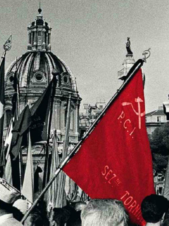 """Pugno chiuso e crocifisso, 70 anni fa la Chiesa scomunicò i comunisti. La silenziosa """"resistenza"""" della doppia militanza"""