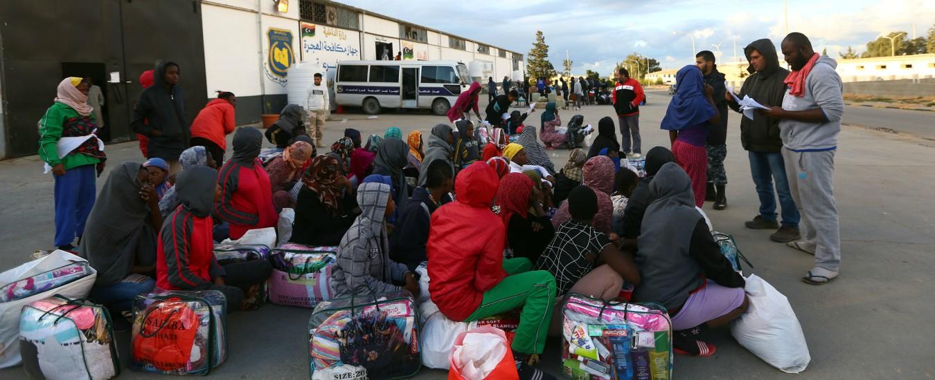 Libia, liberi i 350 migranti rinchiusi nel centro di Tajoura. Nella struttura erano morte 53 persone dopo un raid aereo