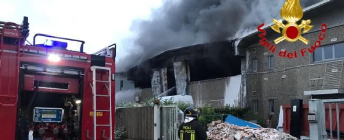 Milano, maxi-incendio in un deposito di rifiuti speciali a Settimo Milanese
