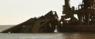 Maltempo, a Taranto il vento trascina in mare gru dell'ex Ilva: operaio disperso