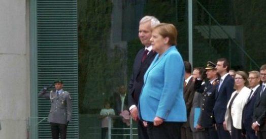 """Angela Merkel, nuovo tremore per la cancelliera tedesca: """"Sto bene, perfettamente in grado di svolgere incarico"""""""
