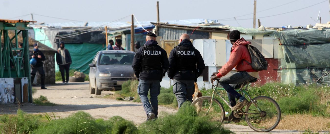 Foggia, nuovo blitz a Borgo Mezzanone: demolito il 25% delle baracche. I pm: 'Abitanti del ghetto vittime di caporalato'