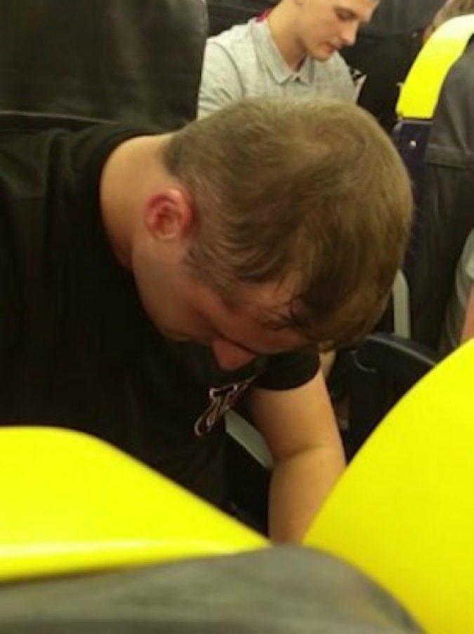 Volo Ryanair da incubo: 30 passeggeri ubriachi urlano e vomitano per tre ore sull'aereo