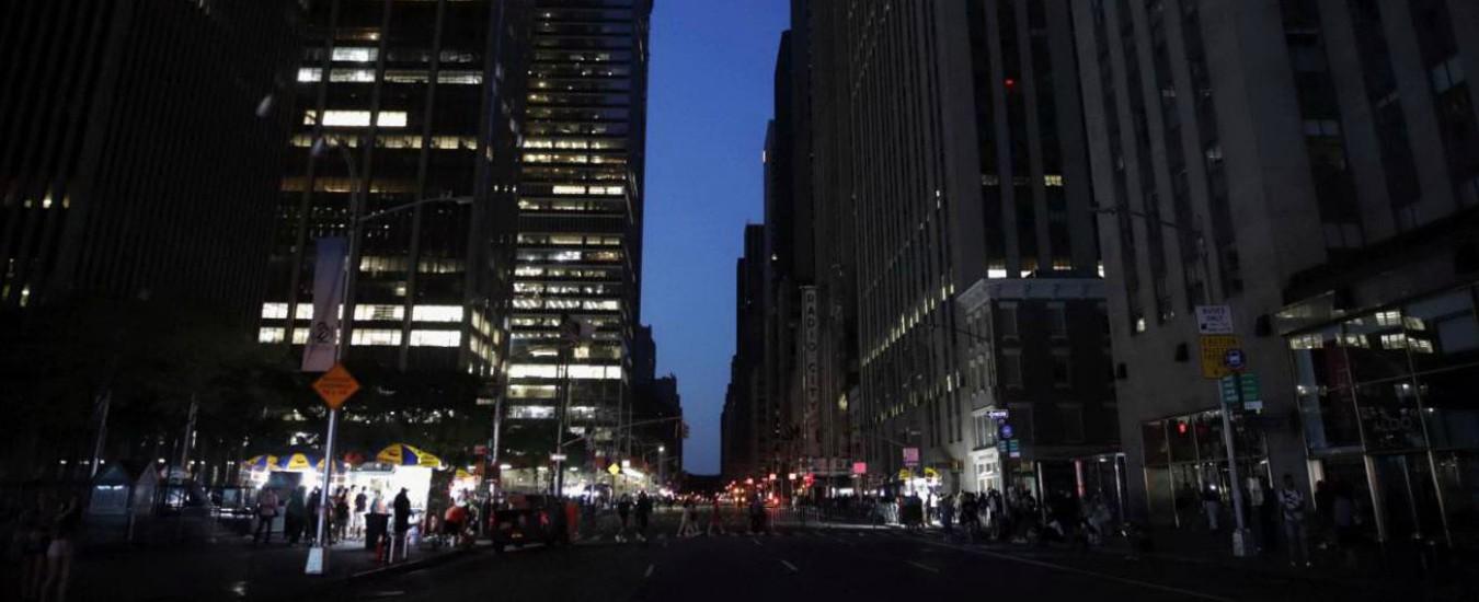New York, un blackout manda in tilt Manhattan per oltre 5 ore: più di 70.000 persone al buio e panico nelle strade