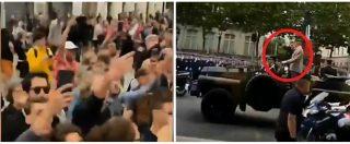 """Parigi, Macron sfila alla parata del 14 luglio ma viene fischiato. I contestatori: """"Dimettiti, dimettiti"""""""