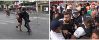 Parigi, scontri tra polizia e gilet gialli: tensione tra gli agenti e uno dei leader della protesta. Le immagini