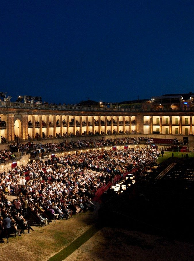 Macerata Opera, il festival tutto rosso: dalla gelosia per Carmen al potere di Macbeth. Ma non c'è solo la lirica: Marcorè porta De André e Nespoli la Luna