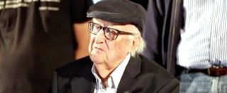 Camilleri, l'abbraccio dei fan per il suo 90esimo compleanno: lo scrittore emozionato per la festa di strada
