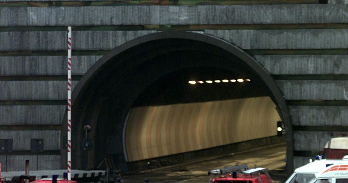 Monte Bianco, pullman in fumo nel traforo: 67 passeggeri evacuati e tunnel chiuso