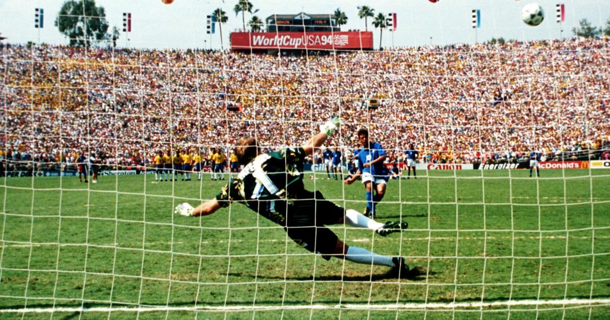 Roberto Baggio, 25 anni fa il rigore fallito in finale mondiale contro il Brasile. Storia di penalty decisivi, nel bene e nel male